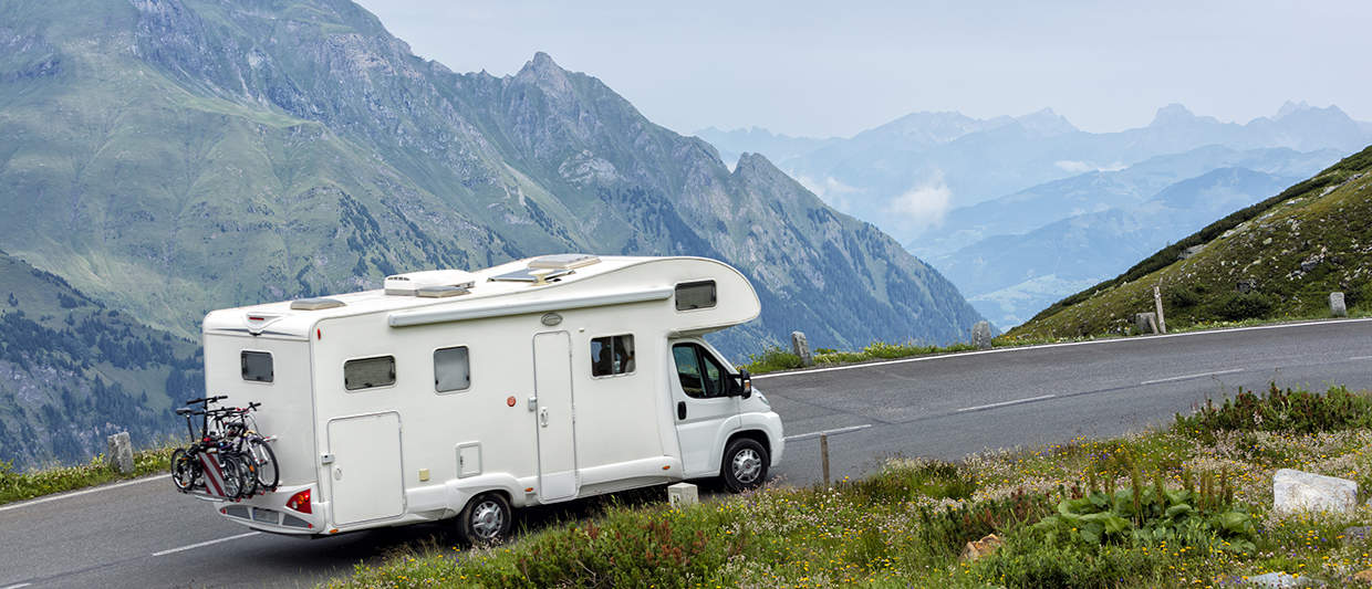 Alcove camper with reinforced shock absorbers in the Alps