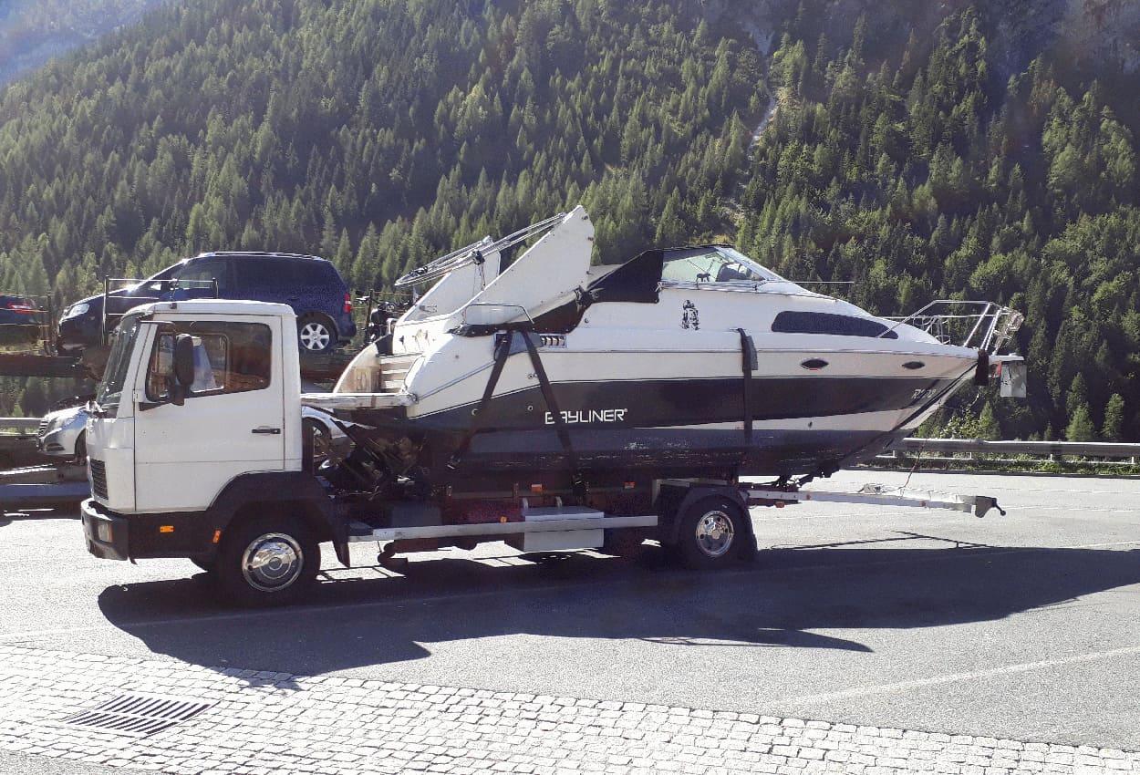 Mercedes Atego als Bootstransporter mit verstärkten Stoßdämpfern von Marquart